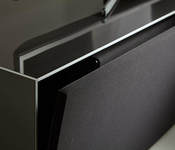 Акустическая ткань и отделка стеклом и алюминиевой кромкой в тумбе для ТВ от Sonorous