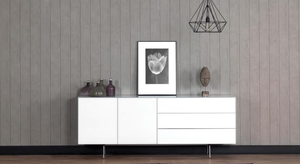 Характерные особенности длинных комодов всегда являются продолжением специфической формы этого вида мебели: • Так, они созданы для больших комнат. Габариты не позволят; • Большая вместительность. Эта мебель чудесно заменит Вам даже полноценный шкаф ; • Верхняя открытая полка, из-за удачного расположения, почти всегда под рукой и занята самыми важными и красивыми вещами. Пожалуй нет больше предмета мебели, в котором бы такую важную роль играла бы функциональная верхняя полка; • Надежная и крепкая конструкция дает возможность ставить на и в комод большой телевизор, акустику и прочую технику • При похожей вместительности комод смотрится лучше чем любой шкаф • Из-за своей длинны, комоды способны более ефективно распределять полезную нагрузку. Так, была придумана модульная система, при которой весь фасад разбивается на 2 - 5 соединенных между собой модулей тумб с различной функциональностью на Ваш выбор.